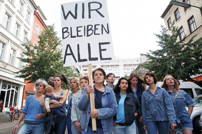 """Indie-Pop-Musikerin und Autorin Christiane Rösinger (Mi. mit Schild) schrieb das Mietermusical """"Stadt unter Einfluss""""  – Foto: Dorothea Tuch"""