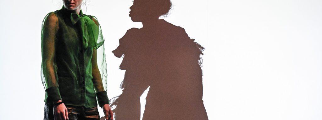 Schattenspiel: Kenda Hmeidan, Maryam A. Khaled – Foto: Tanja Dorendorf / T+T Fotografie