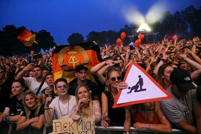Fans von Finch Asozial beim Helene Beach Festival am Helenesee in der Nähe von Frankfurt (Oder), 26. Juli 2019. Helene Beach Festival *** Fans of Finch Asozial at the Helene Beach Festival at Lake Helene near Frankfurt Oder , 26 July 2019 Helene Beach Festival