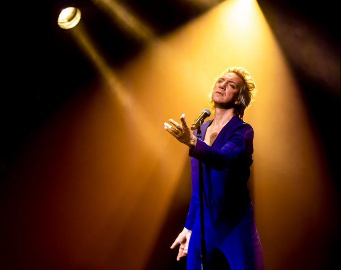 Auf den Spuren von David Bowie: Sven Ratzke – Foto: Hanneke Wetzer
