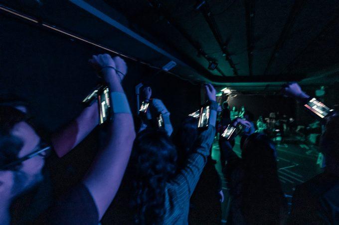 Menschen, die auf Smartphones starren – Foto: David Baltzer / bildbuehne.de
