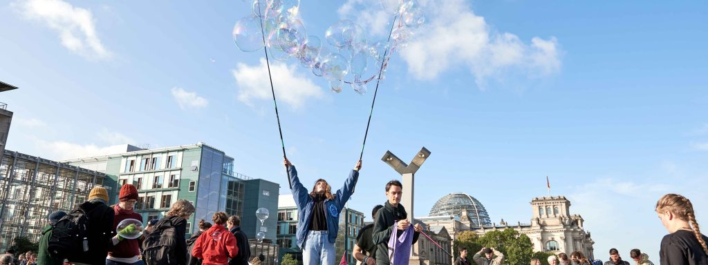 9. Oktober 2019, Aktivisten der Klimaschutzbewegung Extinction Rebellion blockieren die Marschallbrücke am ReichstagFoto: Saskia Uppenkamp