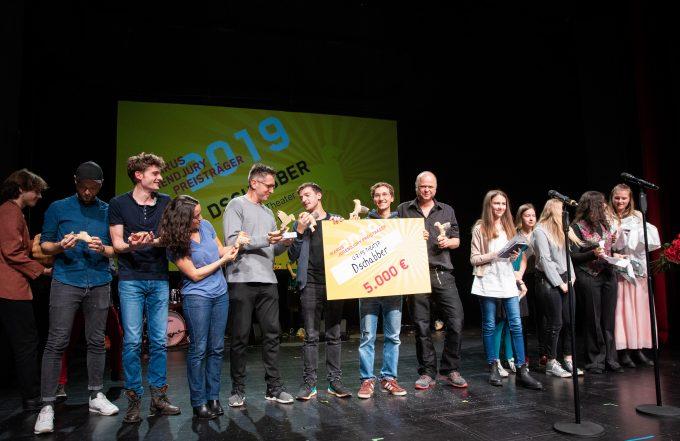 """Preisverleihung des Ikarus 2019 im Theater an der Parkaue, hier das Team von """"Dschabber"""" (Pries der Jugendjury) – Foto: Kay Herschelmann"""