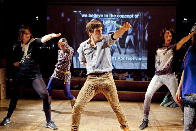 """Kollektives Tanzen: Gob Squads Erfolgsstück """"Dancing About"""" von 2012 wird auf dem  Festival erneut gezeigt – Foto: David Baltzer / bildbuehne.de."""