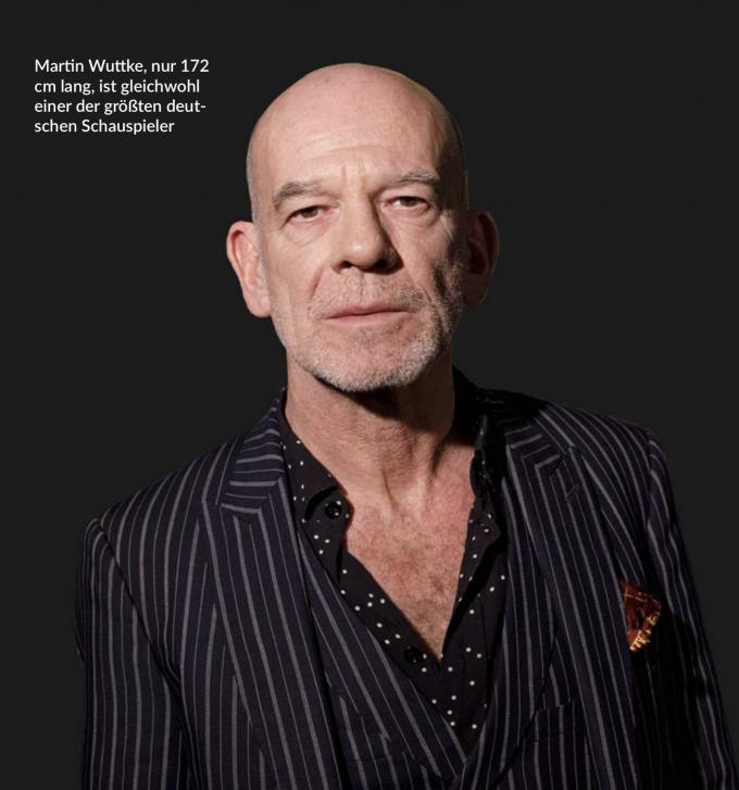 """Martin Wuttke, geboren 1962 in Gelsenkirchen, ist ein Schauspielstar, gleichermaßen erfolgreich in Film und Theater. Seit 1995 steht er in der Titelrolle von Heiner Müllers Brecht-Inszenierung """"Der unaufhaltsame Aufstieg des Arturo Ui"""" auf der Bühne des Berliner Ensembles, dessen Intendant er von 1995 bis 1996 kurzzeitig war.  Er ist Ensemblemitglied des Wiener Burgtheaters, zählte aber auch zu den Stammspielern an Frank Castorfs Volksbühne, oft bei René Pollesch. Wenn dieser zur Spielzeit 2021/22  die Volksbühnen-Intendanz übernimmt, wird auch Wuttke als eine Art Ensemble-Dramaturg an den Rosa-Luxemburg-Platz zurückkehren.  – Foto: Christoph Hardt / imago images / Future Image"""