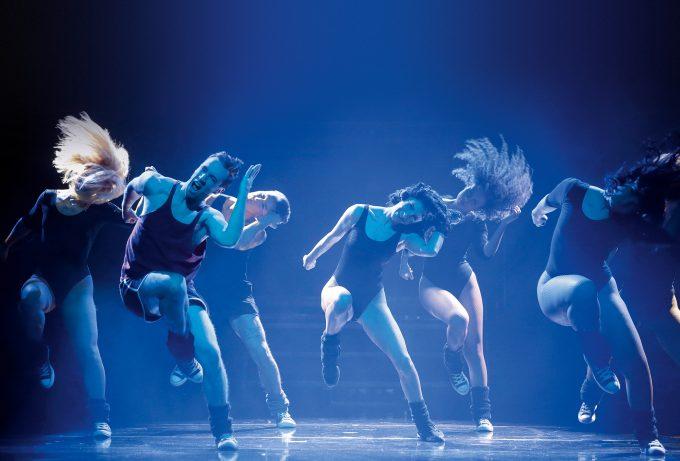 """Singen, tanzen, spielen: Maria Danaé Bansen (Mitte) als Alex Owens in der deutsch-schwedischen Produktion """"Flashdance – das Musical"""" – Foto: Thomas Brill"""
