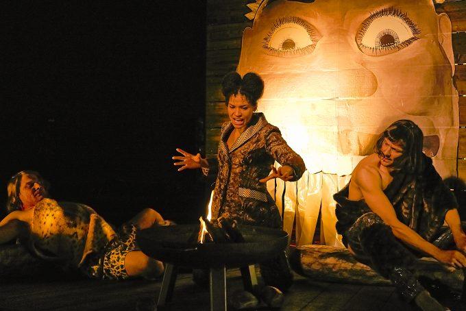 Gelehrsamkeitsübung: Cynthia Micas als Prophetin, Marc Oliver Schulze als Steinzeitmensch  – Foto: Matthias Horn