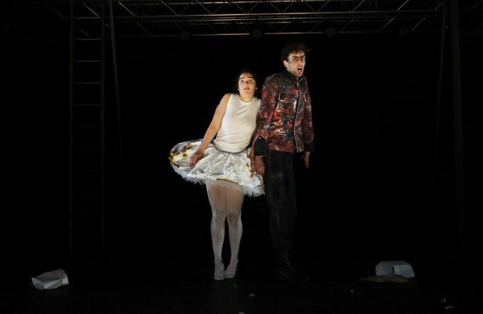 """Tänzerin (Hanni Lorenz) und Zinnsoldat (Friedrich Richter) in """"Der Zinnsoldat und die Papiertänzerin"""" – Foto: Christian Brachwitz"""