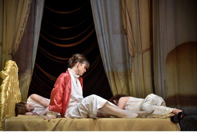 """Sophie Rois (Mi.) in """"Cry Baby"""" von René Pollesch – Foto: Arno Declair"""