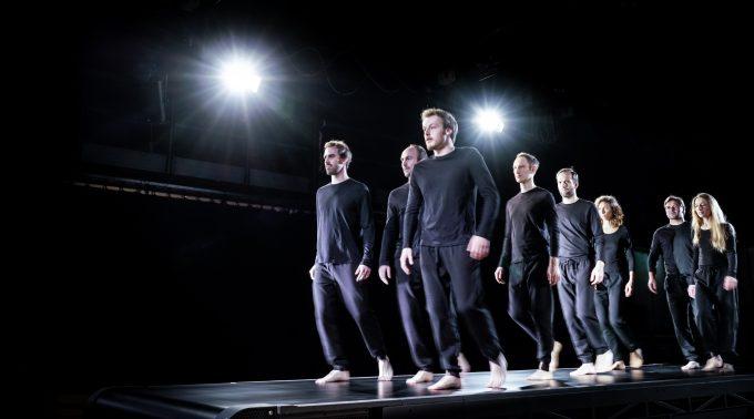 Immer in Bewegung: Ensemble auf Laufbändern – Foto: Arno Declair