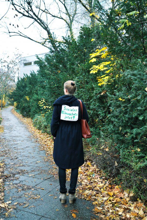 Lea im Dauerprotestmodus. Das Schild will sie erst ablegen, wenn Deutschland die Ziele des Pariser Klimaschutzabkommens erreicht hatFoto: Sarah Bergmann