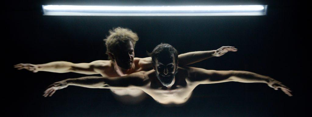"""In """"Hocus Pocus"""" von der Cie. Philippe Saire  tauchen zwei Freunde in eine spektakuläre Welt der Illusionen ein – Foto: Philippe Weissbrodt"""
