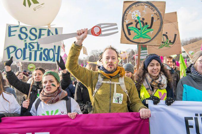 Mehrere Tausend Menschen haben nach Polizeiangaben am Samstag (19.01.2019) in Berlin fuer eine klimafreundlichere Landwirtschaft demonstriert. Sie forderten eine Wende in der Agrarpolitik und eine Abkehr von der grossindustriellen Lebensmittelproduktion. Organisiert wurde die Kundgebung vom Buendnis Wir haben es satt! , das bereits zum neunten Mal am Rande der internationalen Gruenen Woche demonstrierte. Angemeldet waren rund 12.000 Teilnehmer. (Siehe epd-Bericht vom 19.01.2019) Protestmarsch fuer klimavertraeglichere Landwirtschaft *** According to police, several thousand people demonstrated on Saturday 19 01 2019 in Berlin for a more climate-friendly agriculture According to police, they demanded a change in agricultural policy and a turning away from large-scale industrial food production The rally was organized by the Alliance We ar Copyright: epd-bild/ChristianxDitsch