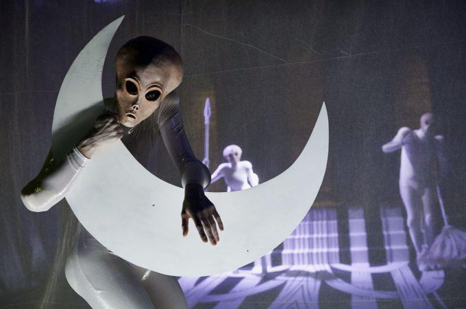 Aliens untersuchen das menschliche Sexualverhalten: Maria Walser, Katja Gaudard, Daniel Nerlich – Foto: Katrin Ribbe