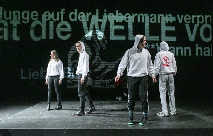 Erkennungszeichen weißer Hoodie: Esther Agricola, Ludwig Brix, Frederic Phung, Marius Lamprecht – Foto: David Baltzer / bildbuehne.de