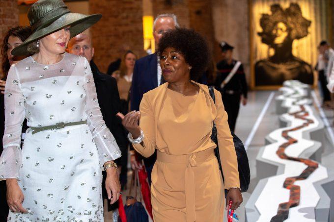 Königin Mathilde von Belgien mit der Künstlerin  Otobong Nkanga auf der  58. Venedig-Biennale im September 2019. ©imago images / Belga