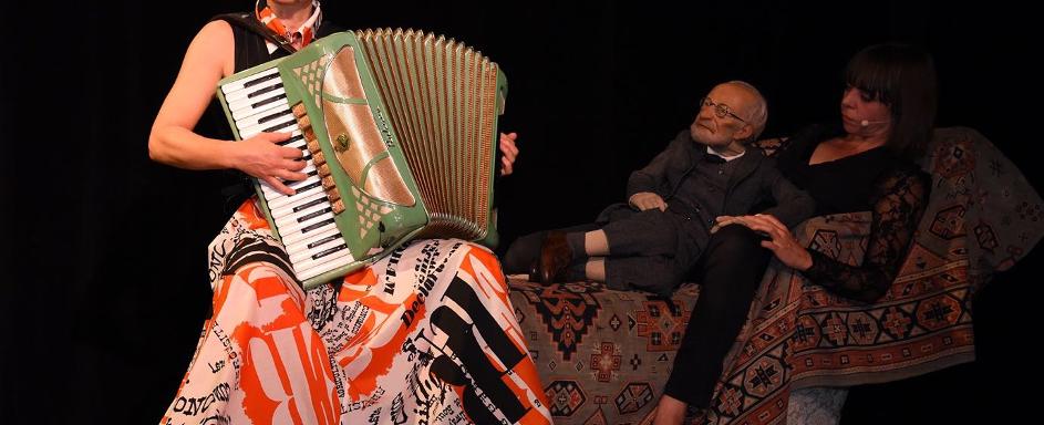 Mit Sigmund Freud auf der Couch: AnniKa von Trier (li.) und Suse Wächter – Foto: Thea Weires