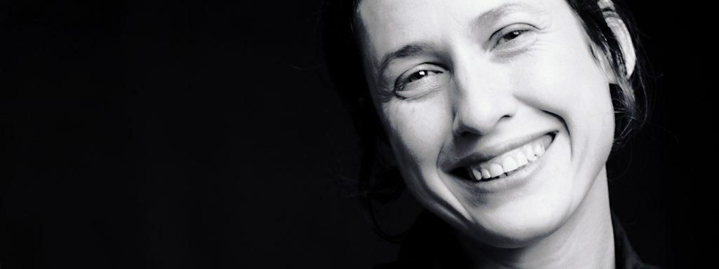 """Constanza Macras, 1970 in Buenos Aires geborene Choreografin, lebt seit 1995 in Berlin, wo sie 2003 ihre Company DorkyPark gründete. 2010 erhielt sie den Deutschen Theaterpreis """"Der Faust"""". Ab Sommer 2021 wird sie Hausregisseurin der Volksbühne unter René Pollesch – Foto: Bettina Stöß"""
