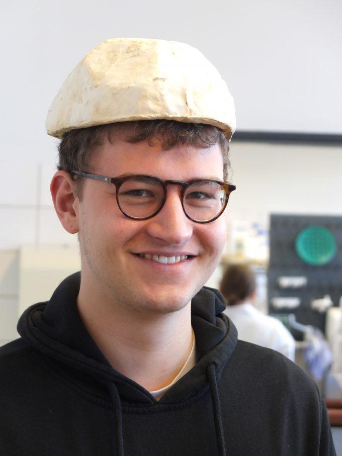 Auf den Fotos zu sehen ist der Student Bastian Schubert. Er hat einen Fahrradhelm entwickelt, der aus Pilzen gezüchtet wird. Das Utopia dreht sich um das TU Projekt