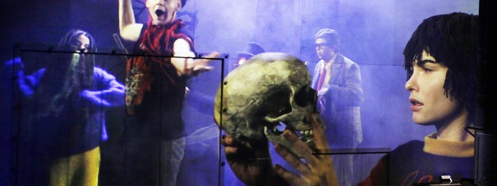 Der Schädel nur eine reine Dienstleistung am Publikum: Svenja Liesau als Hamlet (re.) mit Kenda Hmeidan, Dominic Hartmann und Falilou Seck – Foto: Ute Langkafel / Maifoto