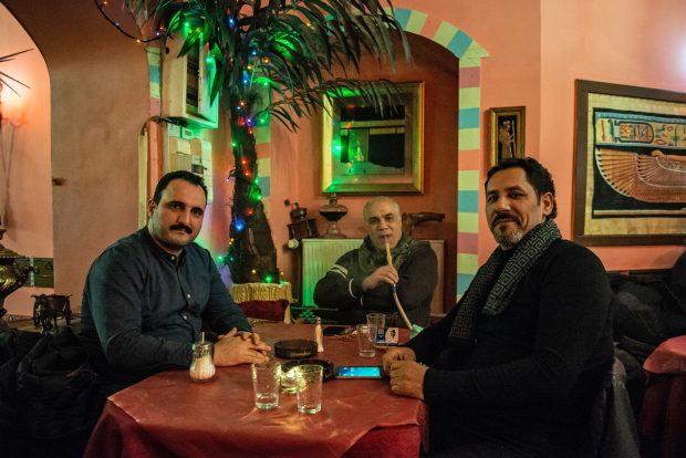 Nader Khalil (links) und weitere Stammgäste im Shisha-Café Barbar Aga in Neukölln. Foto: F. Anthea Schaap