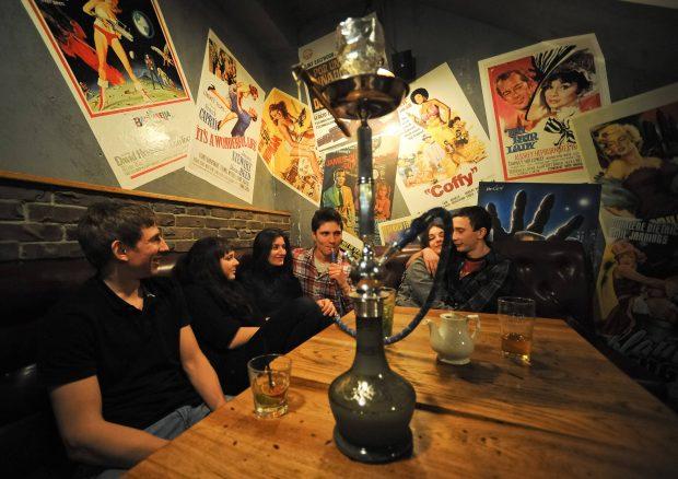 Internationaler Trend: Jugendgruppe beim Shisharauchen in Moskau. Foto: imago/Itar Tass