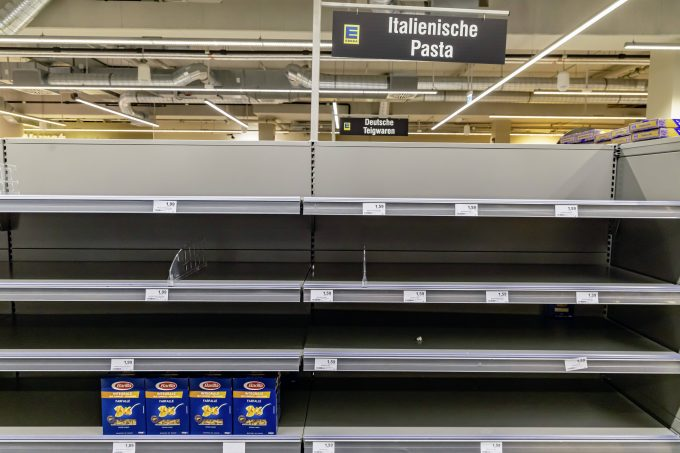 DEU, Deutschland, Baden-Württemberg, Stuttgart, 17.03.2020: Auswirkungen der Pandemie in Deutschland. Das Corona-Virus sorgt für leere Regale in den Supermärkten. Grund sind Hamsterkäufe verunsicherter Bürger. Gefragt im Supermarkt sind Nudeln, Reis und Klopapier. *** DEU, Germany, Baden Württemberg, Stuttgart, 17 03 2020 Effects of the pandemic in Germany The corona virus is causing empty shelves in supermarkets The reason is hamster shopping by insecure citizens In demand in supermarkets are noodles, rice and toilet paper