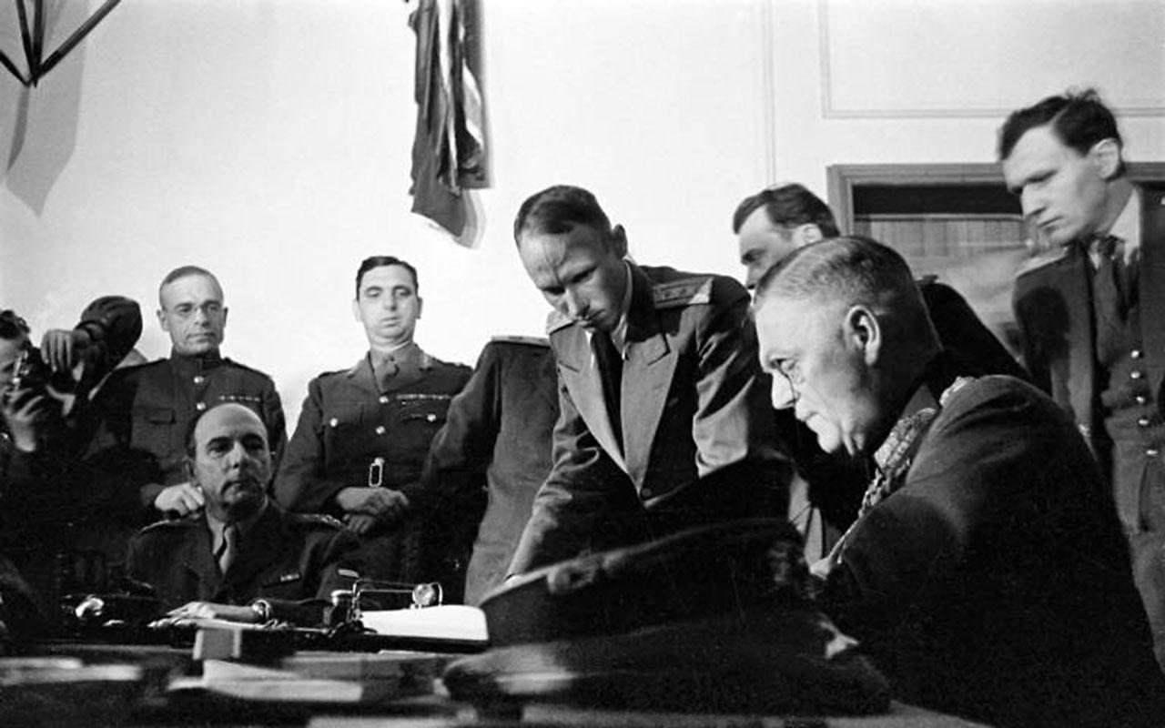 Wilhelm Keitel unterzeichnet die Kapitulation